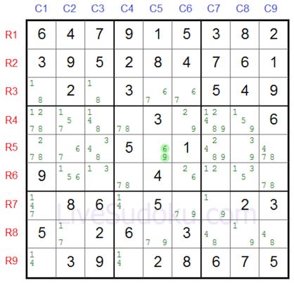 לוח סודוקו מלא בסימוני עיפרון בו תא מואר אשר קיימות בו רק שתי ספרות אפשריות